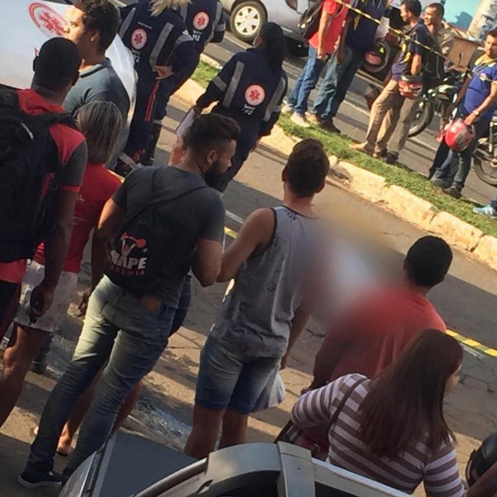 Ao desviar de buraco, mulher cai de moto e morre após ser atingida por outra motocicleta, em Goiânia