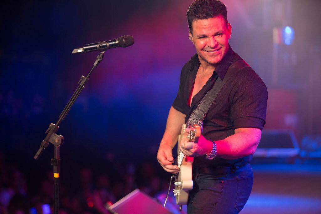 Eduardo Costa se apresenta no último show de 2017 na cidade de Goianésia