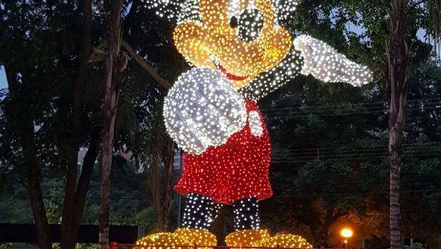 Mickey de sete metros de altura ilumina o Goiânia Shopping