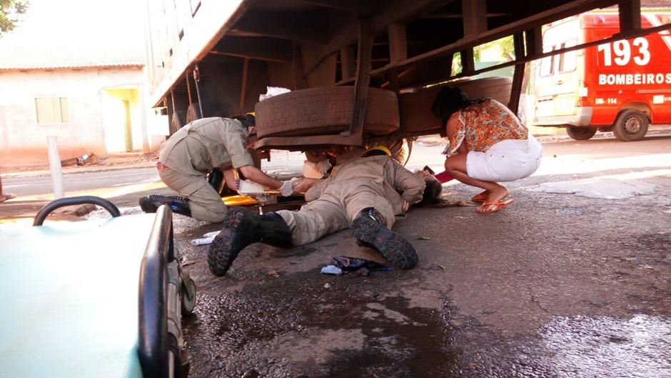 Mulher sofre fraturas expostas em acidente com caminhão em Palmeiras de Goiás