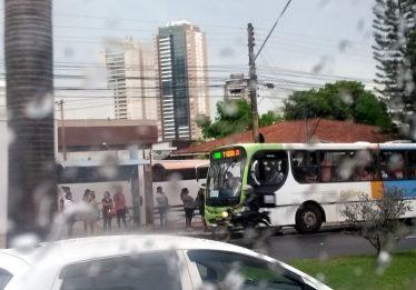 Transporte coletivo: falta de abrigos e ônibus com goteiras dificultam viagens