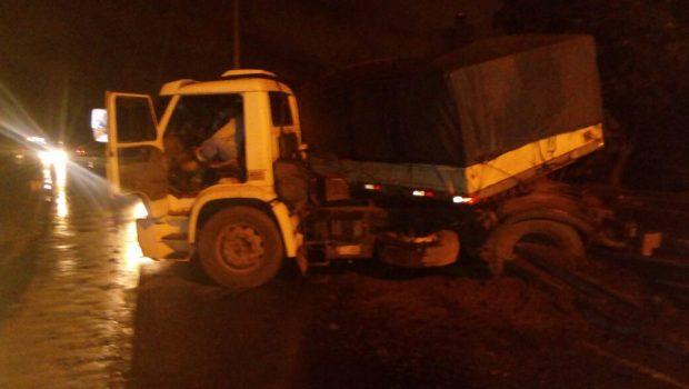Carreta derruba poste e causa lentidão em pistas da BR-153 em Goiânia