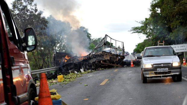 Dois motoristas de caminhão morrem em acidente na BR-020, em Flores de Goiás