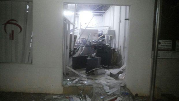 Agência bancária fica destruída após ação de bandidos, em Orizona