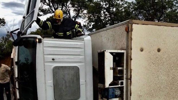 Condutor morre após carreta frigorífica tombar na BR-020, em Formosa