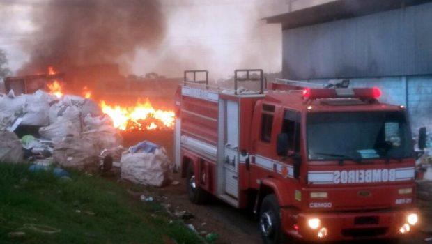 Incêndio destrói parte de depósito de reciclagem na Cidade Ocidental