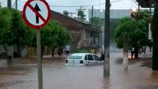 Chuva causa alagamento em várias ruas da cidade de Jussara