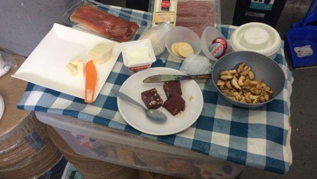 MP flagra bolinhos de bacalhau, queijos e camarão em cadeia onde estão políticos