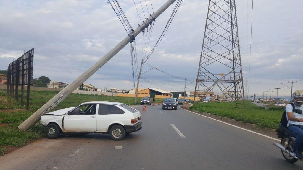 Estudante inabilitado perde o controle de veículo e bate em poste de energia