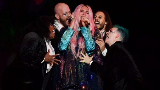 Ao retomar carreira, Kesha emociona no EMA 2017
