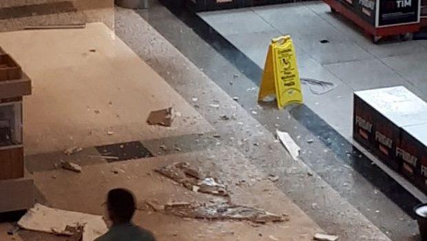 Parte do teto do Buriti Shopping desaba e assusta frequentadores, em Aparecida
