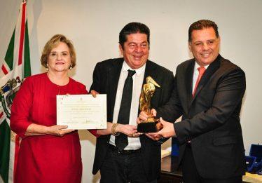 """""""Apoio e incentivo de Marconi à cultura são admiráveis"""", afirma Stepan Nercessian ao receber o Troféu Jaburu"""
