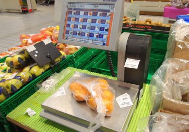 Procon fiscaliza balanças de supermercados em Goiânia
