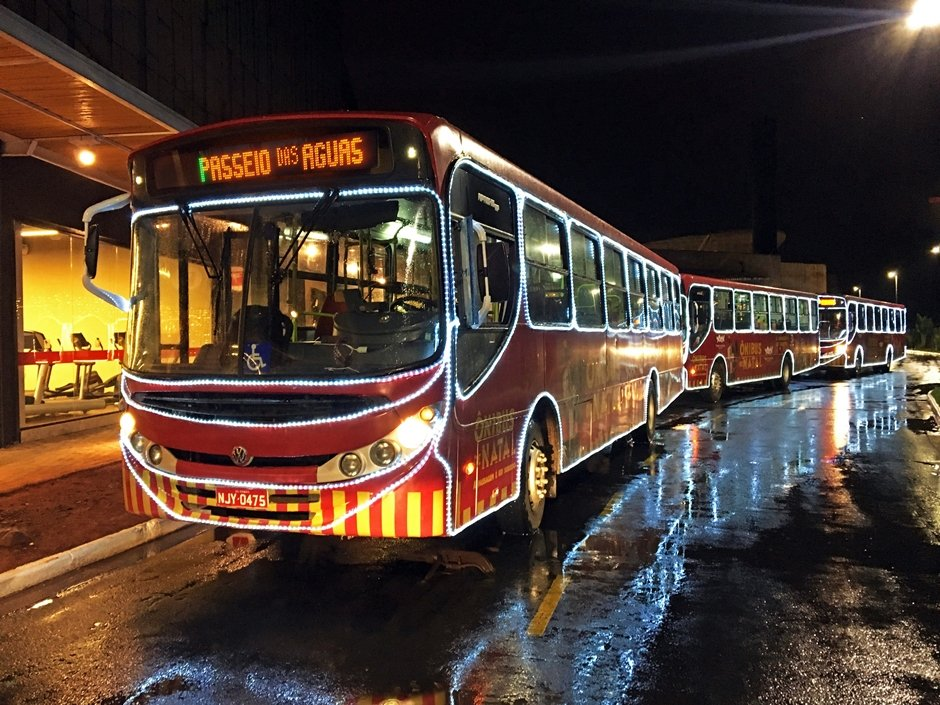 Ônibus decorado vai levar clientes até shopping