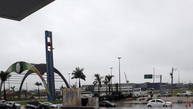 Motorista morre após capotar caminhão na Avenida Perimetral Norte, em Goiânia
