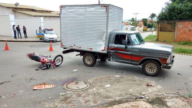 Motociclista fica ferido após ser atingido por caminhonete no Parque das Flores