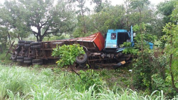 Motorista morre após sofrer mal súbito dentro do caminhão na BR-153, em Porangatu