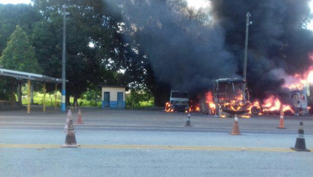 BR-153 fica interditada após carreta atingir veículos e causar incêndio