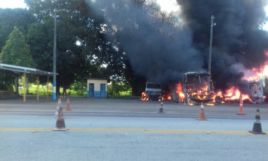 Caminhão desgovernado destrói veículos estacionados em pátio da PRF na BR-153
