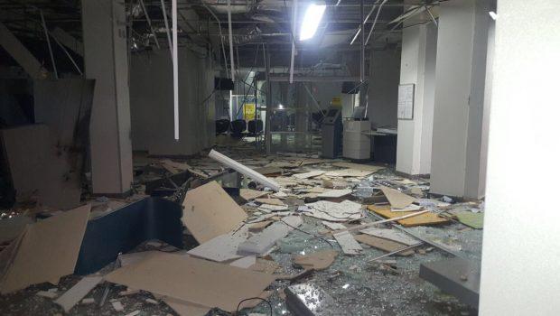 Bandidos invadem agência bancária e explodem caixas eletrônicos, em Aparecida de Goiânia