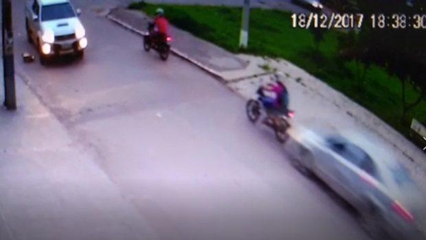 Imagens mostram motorista bêbado atropelando dois motociclistas em Cocalzinho