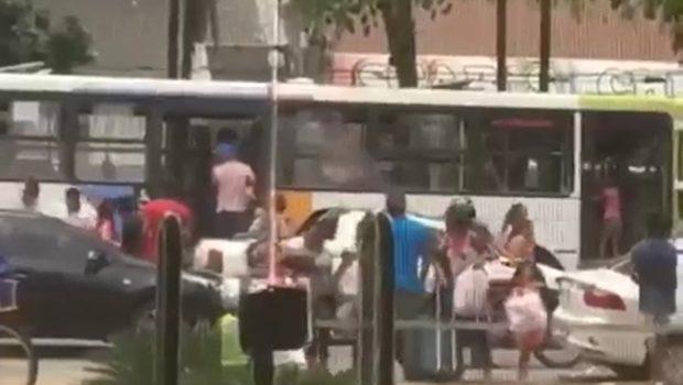 Ônibus do transporte coletivo é alvo de arrastão na Avenida Goiás