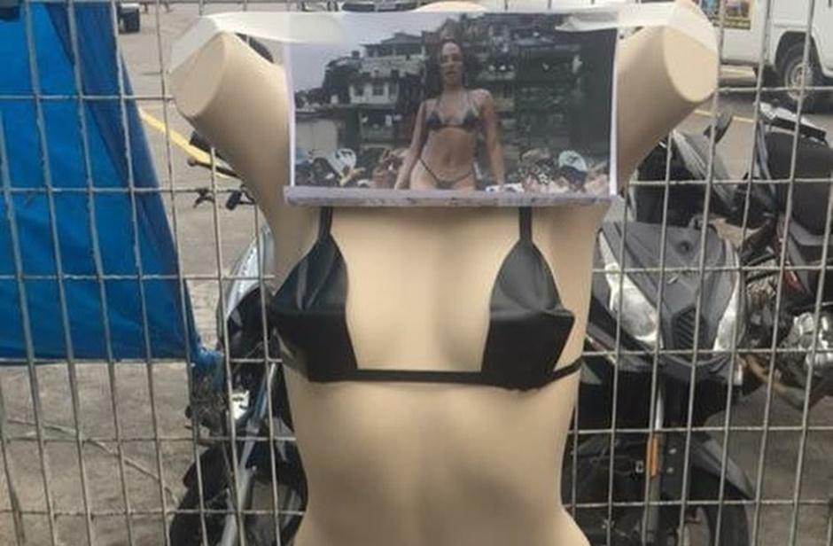 Biquíni de fita adesiva de Anitta já está à venda em comércio popular