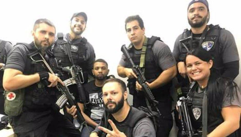 RJ: Fotos mostram policiais fazendo selfies e sorrindo ao lado de Rogério 157