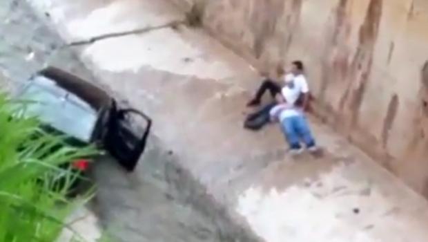 Carro cai dentro do córrego da Marginal Botafogo, em Goiânia