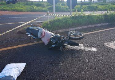 Casal morre após colidir moto com um caminhão na BR-364