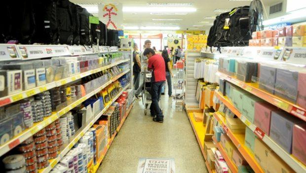 Variação de preços de materiais escolares em Goiânia chega a até 392%