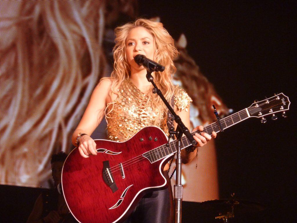 Com hemorragia nas cordas vocais, Shakira adia início da 'El Dorado Tour'