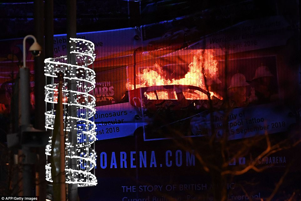 Incêndio destrói mais de mil carros em Liverpool