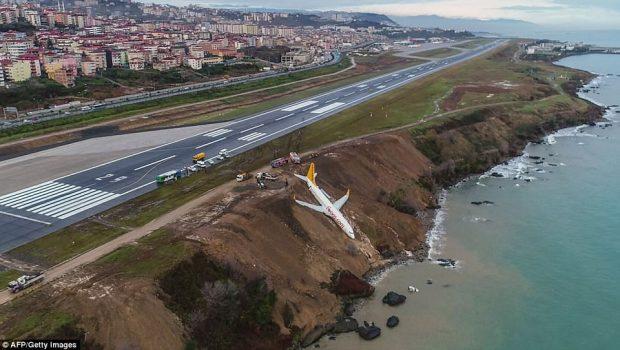 Avião derrapa e vai parar em penhasco em aeroporto na Turquia