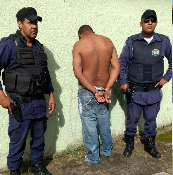 Assaltante é preso após cometer assalto e se esconder dentro de sofá, em Goiânia
