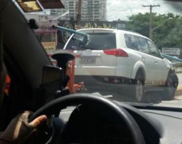 Carro se choca contra barra de ferro na Avenida Anhanguera