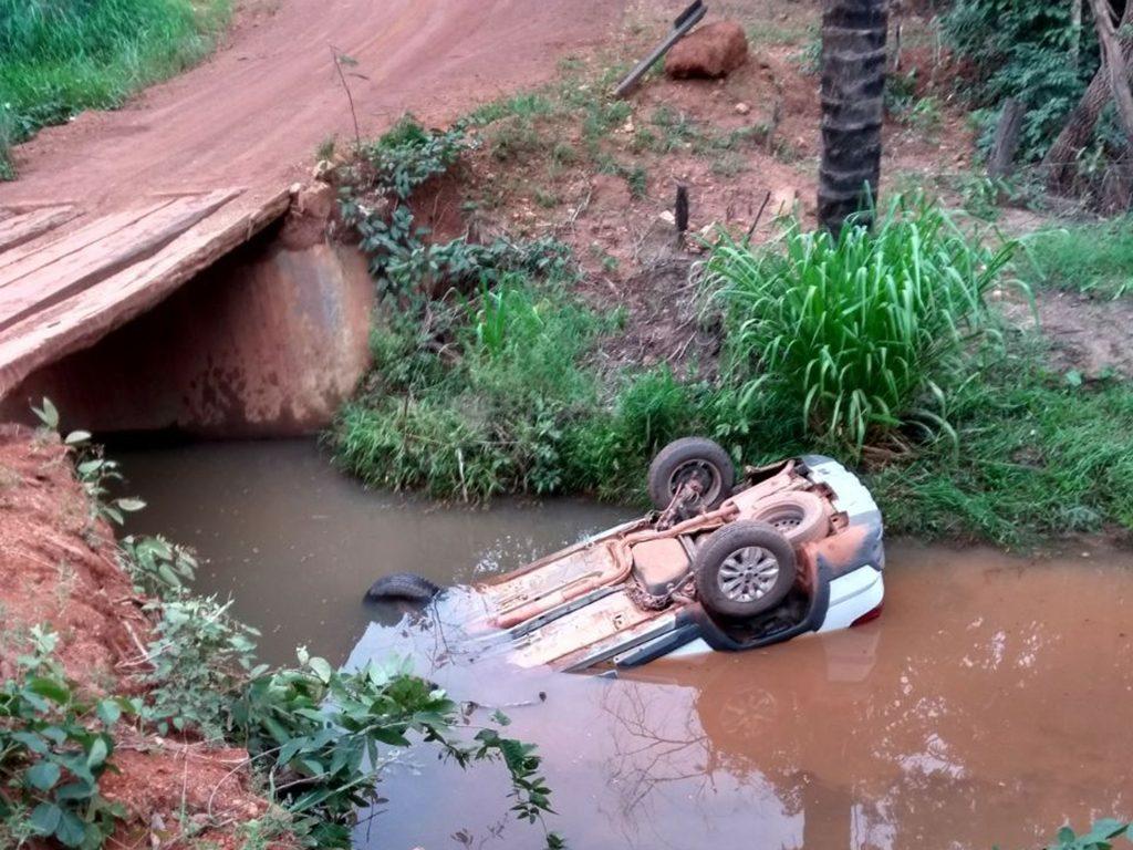 Prefeita de Bonópolis sobrevive a capotamento após carro cair dentro de córrego na GO-353