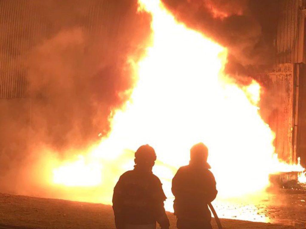 Incêndio consome galpão de indústria farmacêutica no Daia