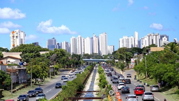 Veículos pesados devem transitar apenas na faixa direita da Marginal Botafogo