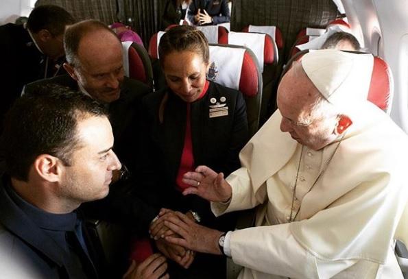 Papa casa comissários de bordo em voo a mais de 11 mil pés de altura