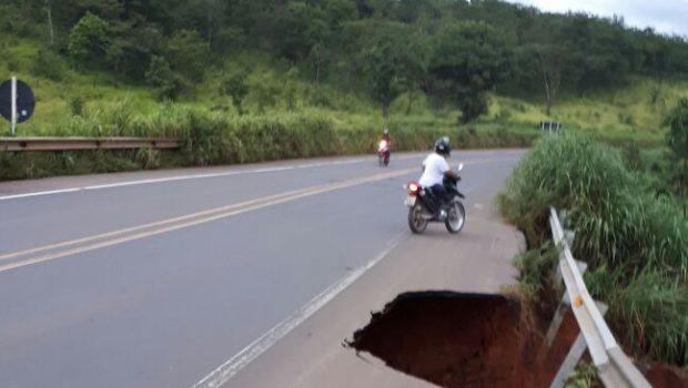 Desmoronamento causa interdição total na BR-364 em Alto Araguaia (MT)