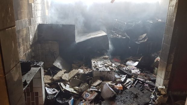 Criminosos invadem escola municipal e ateiam fogo em sala que servia de depósito, em Goiânia