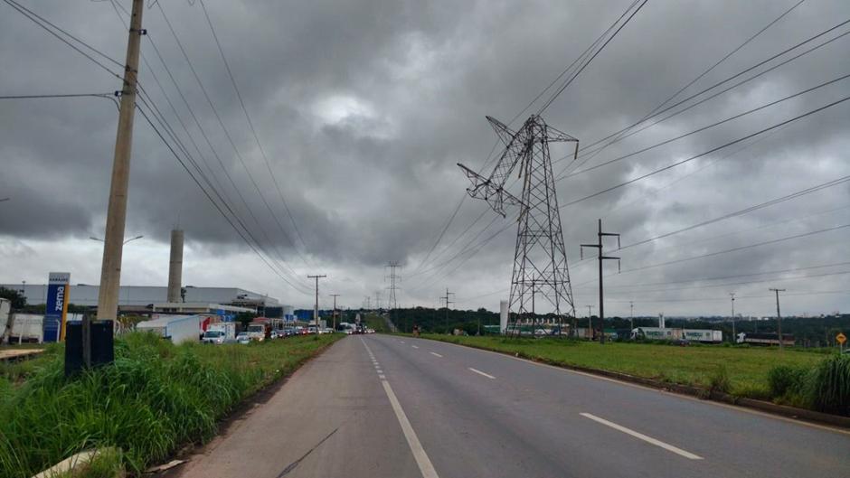 Motorista derruba torre de transmissão de energia no Anel Viário