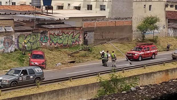 Mulher morre após carro capotar na Marginal Botafogo, em Goiânia