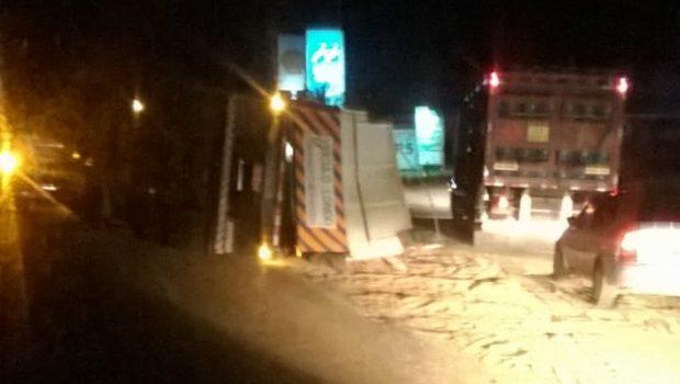 Caminhão carregado com trigo tomba após pneu estourar na BR-153, em Hidrolândia