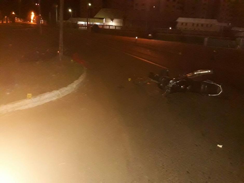 Homem morre após perder o controle da moto e colidir com semáforo em Goiânia