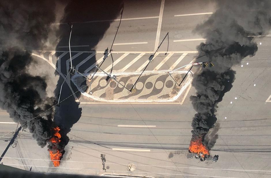 Manifestantes ateiam fogo em pneus contra aumento da passagem na Praça Cívica, em Goiânia