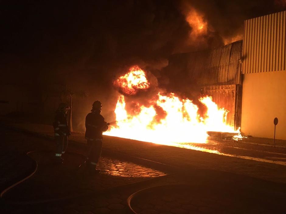 Galpão de fábrica de cosméticos pega fogo no Daia, em Anápolis
