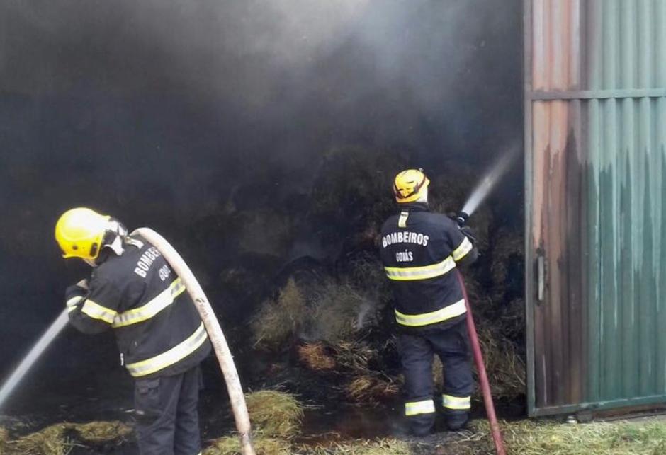 Incêndio em galpão de feno é controlado pelos bombeiros, em Formosa