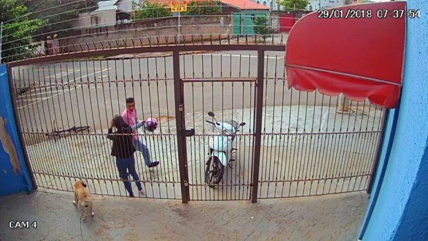 Câmera de segurança flagra mulher sendo assaltada ao chegar no serviço, no setor Pedro Ludovico
